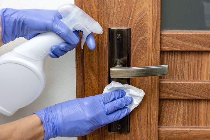 Reinigung einer Türe